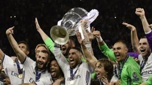 فرحة لاعبي ريال مدريد بفوزهم الثاني عشر بدوري أبطال أوروبا لكرة القدم.