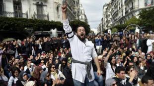 Les médecins résidents rassemblés pour un sit-in devant La Grande Poste à Alger, le 12 février 2018.