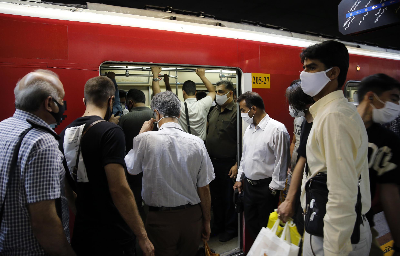 Ciudadanos iraníes llevan mascarillas de protección dentro del metro, el 10 junio en Teherán.