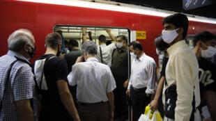 Des Iraniens portent des masques de protection dans le métro, le 10 juin 2020, à Téhéran.