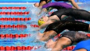 La nageuse australienne Emily Seebohm (au centre, bonnet jaune) lors des Jeux du Commonwealth, à Gold Coast en Australie, le 9 avril 2018