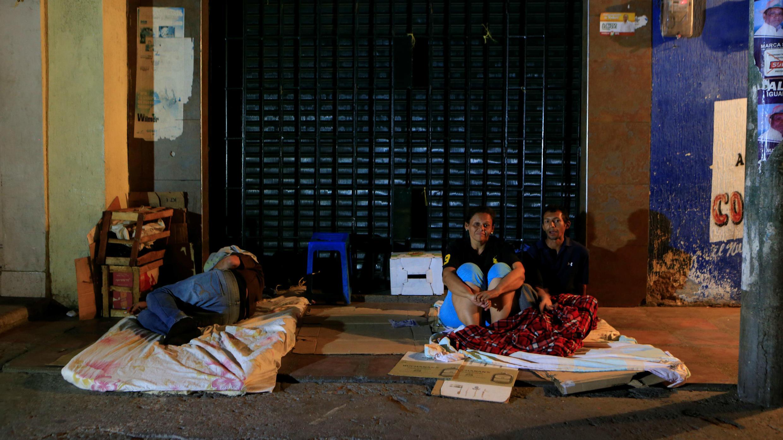La gente se sienta en una cama improvisada, en una calle, donde los inmigrantes venezolanos se reúnen para pasar la noche, en Maicao, Colombia, el 15 de febrero de 2018. Foto tomada el 15 de febrero de 2018.
