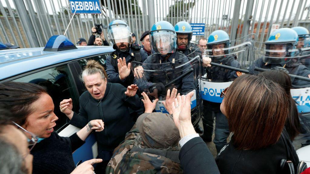 Familiares de los reclusos se enfrentan a la policía fuera de la prisión de Rebibbia durante una revuelta de los presos, después de que se suspendieran las visitas familiares, Roma, Italia, 9 de marzo de 2020