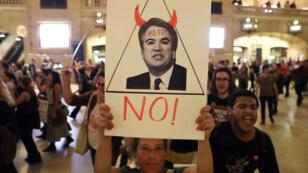 Una manifestante sostiene un cartel durante una protesta y marcha contra el nominado a la Corte Suprema de Estados Unidos Brett Kavanaugh, en la ciudad de Nueva York, EE. UU., el 1 de octubre de 2018.