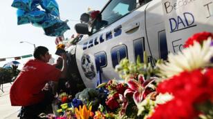 Un anonyme écrit spontanément un message de condoléances sur une voiture de policier, le 8 juillet à Dallas.