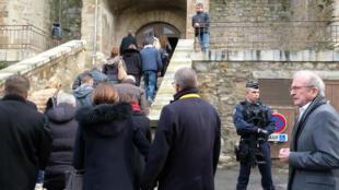 La gente llega a la iglesia de Saint-Etienne de Trèbes, en el suroeste de Francia, para conmemorar al gendarme Arnaud Beltrame, el 25 de marzo de 2018.
