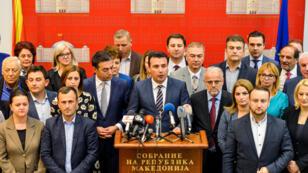 El primer ministro Zoran Zaev conversó con los medios de comunicación después de que el Parlamento de Macedonia aprobó cambios constitucionales para permitir que el país de los Balcanes cambie su nombre a República de Macedonia del Norte, en Skopie, Macedonia, el 19 de octubre de 2018.