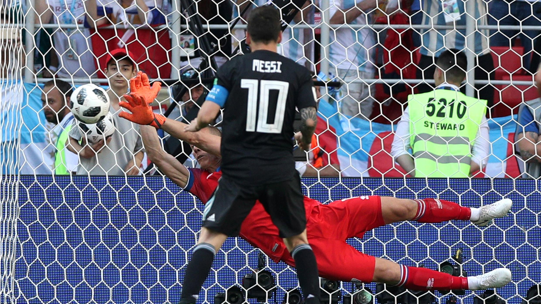 El arquero islandés, Hannes Halldorsson, detuvo el lanzamiento de Lionel Messi desde los once metros.