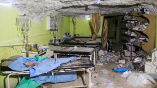 مستشفى تضرر نتيجة القصف في إدلب شمال غرب سوريا