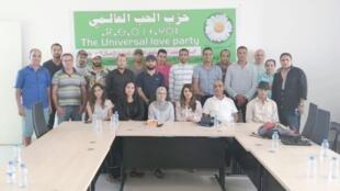 """صورة جماعية للحاضرين في الاجتماع الوطني لحزب """"الحب العالمي"""" في الرباط"""