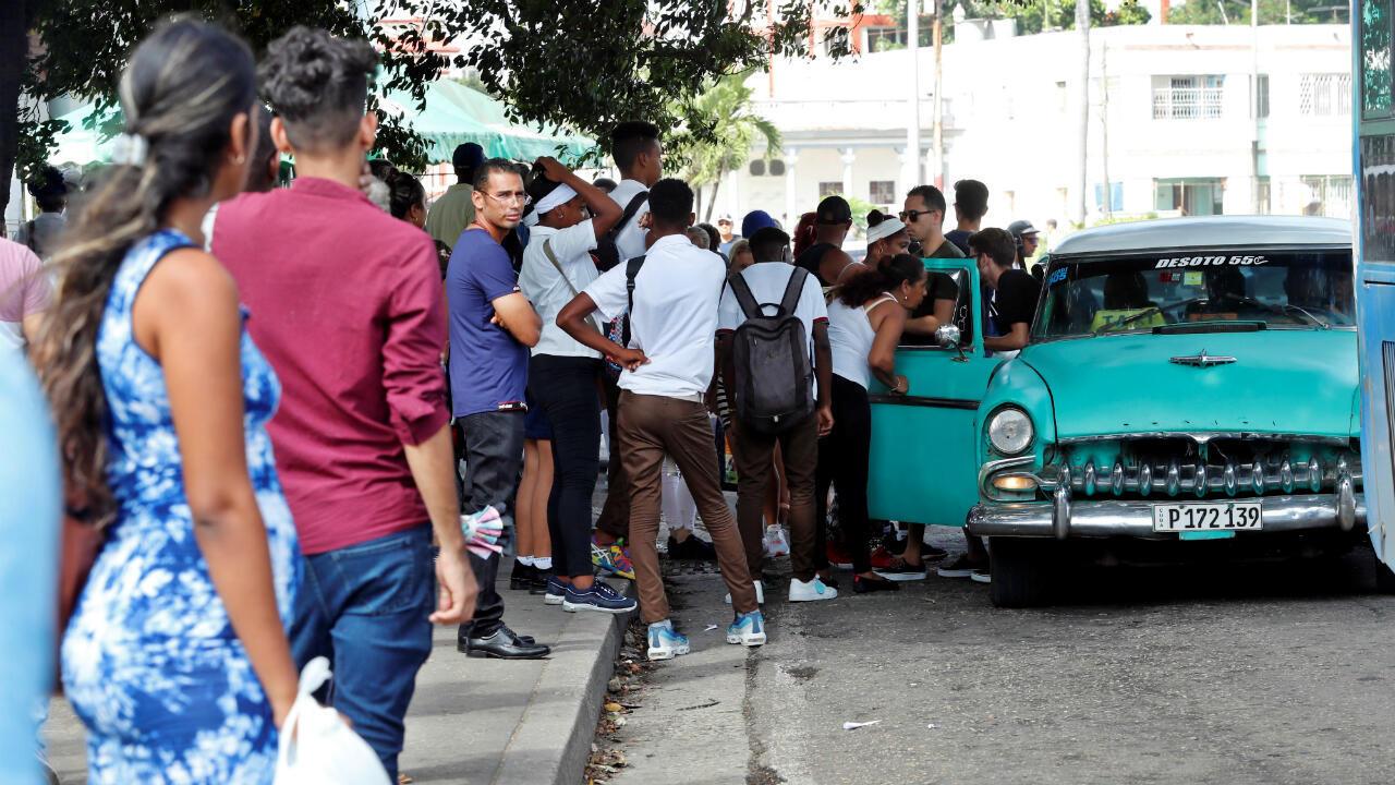 Una multitud espera transporte ante la falta de combustible en las calles de La Habana, Cuba, el pasado miércoles 11 de septiembre.