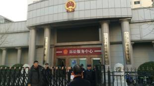 La police monte la garde devant le tribunal de Tianjin où a été jugé Wu Gan le 26 décembre.