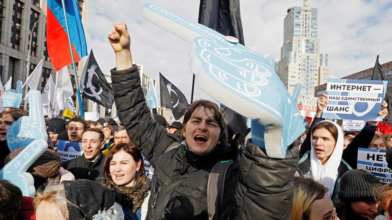 La gente grita consignas durante un mitin para protestar contra el control estatal sobre internet en Moscú, Rusia, el 10 de marzo de 2019.