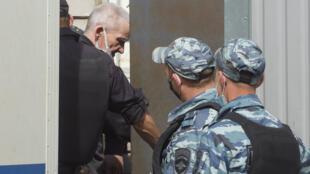 المؤرخ الروسي يوري دميترييف لدى وصوله إلى المحكمة في بتروزافودسك، روسيا، في 22 تموز/يوليو 2020