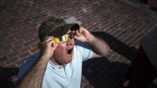 Un homme regarde l'éclipse solaire à Portland, aux États-Unis, le lundi 21 août.