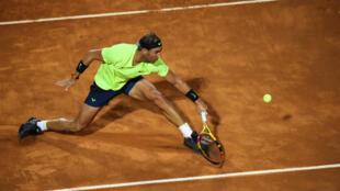 Rafael Nadal golpea una bola de revés durante el partido contra Diego Schwartzman en los cuartos de final del torneo de Roma, el 19 de septiembre de 2020 en la capital italiana