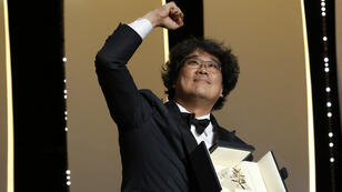 """El director Bong Joon-ho, recibe la Palma de Oro por su película """"Parasite"""", en la ceremonia de clausura del Festival de Cannes en Francia, el 25 de mayo de 2019."""