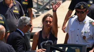 Carola Rackete, la capitana de Sea-Watch 3, de 31 años, desembarca y es acompañada por la policía en Porto Empedocle, Italia, el 1 de julio de 2019.