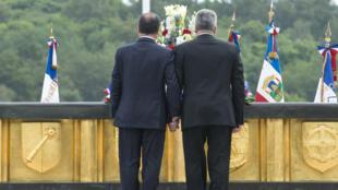 Les présidents français et allemand François Hollande et Joachim Gauck se tiennent la main lors de la cérémonie à Hartmannswillerkopf