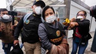 La exsecretaria del Palacio de Gobierno de Perú, Miriam Morales, es trasladada a la Prefectura por agentes de la División de Investigación de delitos de Alta Complejidad de la Policía Nacional, en Lima, Perú, el 2 de octubre de 2020.