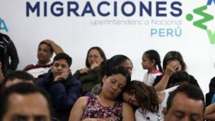 Migrantes venezolanos hacen fila para obtener su permiso de residencia temporal en la oficina de inmigración en Lima, Perú, 31 de octubre de 2018.