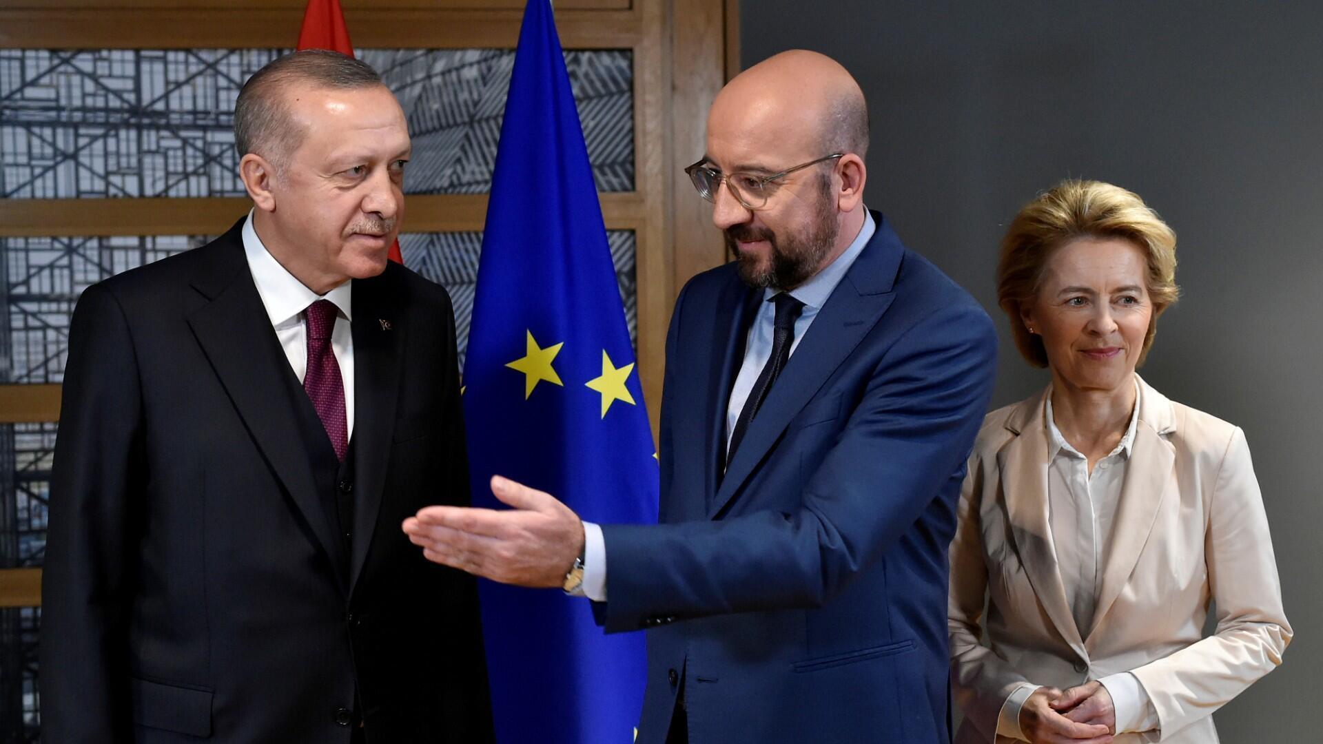 El presidente del Consejo de la UE, Charles Michel (C) y la presidenta de la Comisión Europea, Ursula von der Leyen (R), dan la bienvenida al presidente turco, Tayyip Erdogan (L), antes de su reunión en la sede de la UE en Bruselas, Bélgica, el 9 de marzo de 2020.