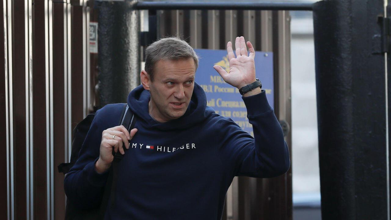 El líder de la oposición rusa, Alexei Navalny, saluda mientras sale de un centro de detención, el 23 de agosto de 2019, después de que fue encarcelado durante 30 días por convocar una protesta no autorizada en Moscú, Rusia.