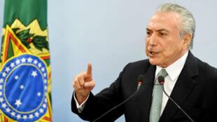 Le président brésilien Michel Temer défend sa position lors d'une conférence de presse à Brasilia, le 18 mai 2017.