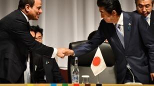 Le Premier ministre japonais, Shinzo Abe, et le président de l'Union africaine et du président égyptien, Abdel Fattah al-Sisi, lors de la Conférence japonaise sur le développement de l'Afrique (TICAD), à Yokohama au Japon, le 28 août 2019.