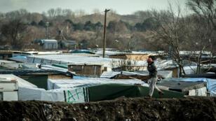 """Un migrant dans la """"jungle"""" de Calais, le 21 février 2016."""