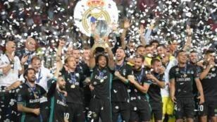لاعبو نادي ريال مدريد الإسباني يحتفلون بإحرازه لقب الكأس السوبر الأوروبية لكرة القدم في 8 آب/أغسطس 2017