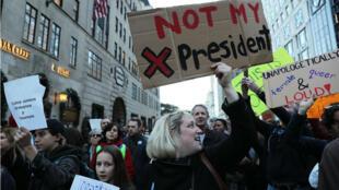 Plusieurs milliers de personnes ont défilé dans les rues de New York, contre l'élection de Donald Trump à la présidence américaine, le 13 novembre 2016.