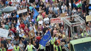 Des dizaines de milliers de Hongrois ont défilé à Budapest samedi 21 avril.