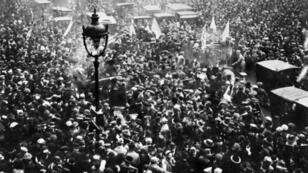 La foule des parisiens manifeste sa joie sur les Grands Boulevards à Paris, le 11 Novembre 1918, à l'annonce de l'armistice