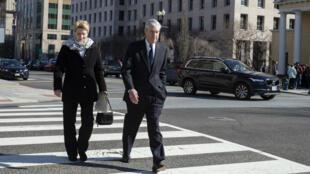 El fiscal especial Robert Mueller y su esposa Anne Mueller caminan en Washington, EE. UU. el 24 de marzo de 2019.