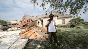 Daniel Williams, de Clayton, Ohio, camina a fuera de su casa dañada después de que un tornado tocó tierra durante la noche cerca a Dayton, Ohio, el 28 de mayo de 2019.