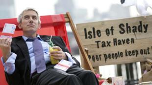 Un manifestant dénonce les paradis fiscaux lors du G8 de 2013 en Irlande du Nord.