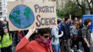 """Lors de la """"Marche pour les sciences"""" de Paris, le 22 avril 2017."""