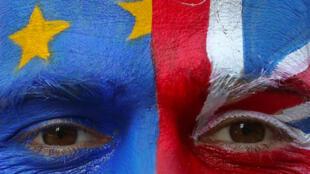 Un manifestante en contra del Brexit con banderas pintadas del Reino Unido y la Unión Europea (UE) en su rostro frente a la sede de la Comisión Europea en Bruselas, Bélgica, el 21 de marzo de 2019.