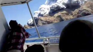 Les passagers d'un bateau à proximité de l'île de White Island (Nouvelle-Zélande), quelques minutes avant l'éruption du volcan, le 9 décembre 2019.