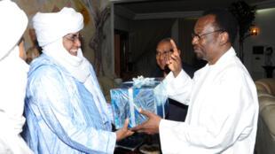 Le président D. Traoré et le représentant touareg I.A. Assaleh