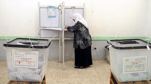 Une électrice égyptienne lundi 19 octobre dans un bureau de vote de la ville d'Alexandrie.