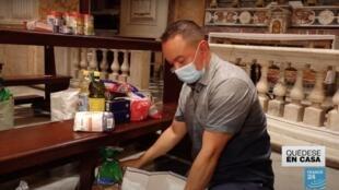 El sacerdote Luís Gabriel Martín Pinzón mientras organiza varios mercados destinados a ayudar a las comunidades de latinoamericanos en medio de la pandemia en Roma, Italia.