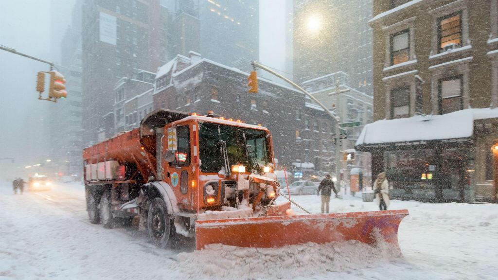 """Une déblayeuse ratisse les rues de New York après le passage de la tempête """"Jonas"""", le 23 janvier 2016."""