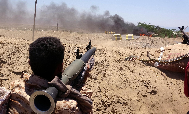 Un séparatiste surveille des forces gouvernementales saoudiennes, dans la province d'Abyan, le 11 mai 2020.