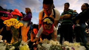 Des Colombiens rendant hommage aux victimes de l'attentat de Bogota près des lieux de l'attaque le 18 janvier.