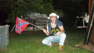 Dylann Roof agite le drapeau sudiste dans une photo diffusée sur le site lastrhodesian.com.