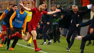 El defensor central griego Konstantin Manolas celebra el tercer gol con el que su club, la Roma de Italia, remontó el resultado y eliminó al Barcelona.