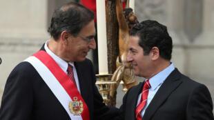 El presidente de Perú , Martín Vizcarra, y el nuevo ministro de Justicia, Salvador Heresi, asisten a una ceremonia de juramentación en el Palacio de Gobierno en Lima, Perú , el 2 de abril de 2018.