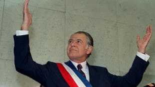 Photo prise le 11 mars1990 montrant le nouveau président chilien Patricio Aylwin (à g.), qui vient d'être investi, et le dictateur déchu Augusto Pinochet (à d.) lors d'une cérémonie à Santiago.